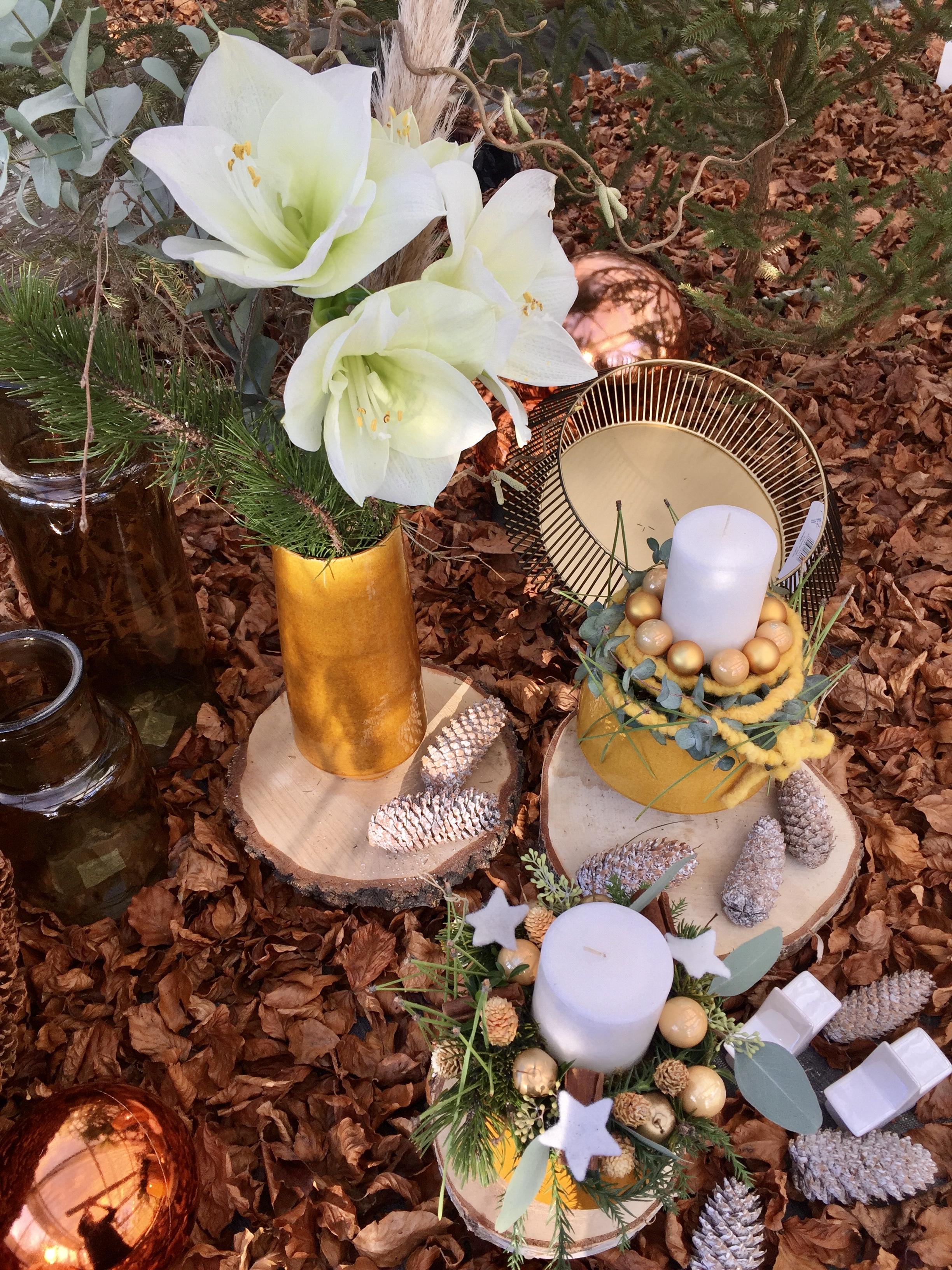 Weihnachtliche Vasen und Kerzen